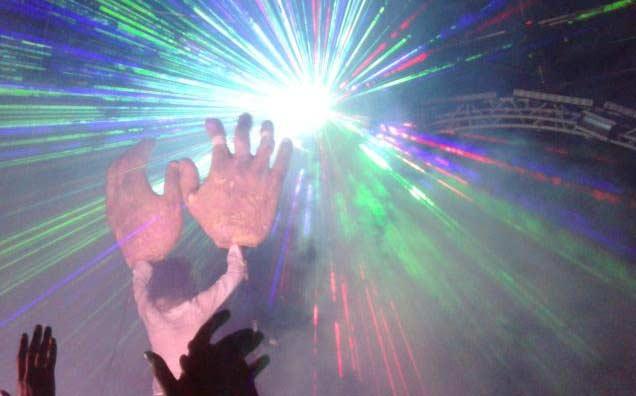 Wayne Coyne con le sue mani laser